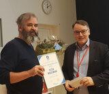 Peter Wiedswang receiving the award from Institute head Kjetil Taskén