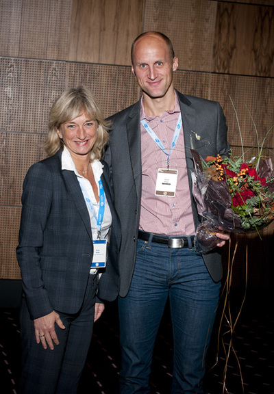 Kjetil Boye has received the award from Norwegian Oncology Forum\'s representative Tone Ikdahl (photo: Per Marius Didriksen)